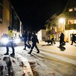 Des fonctionnaires de police norvégiens dans les rues de Kongsberg, au sud-ouest d'Oslo, mercredi 13octobre.